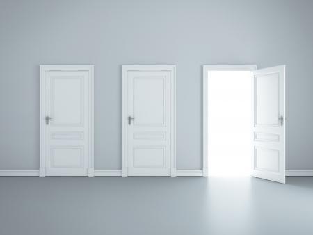 open doors: tres puertas abiertas en la habitación