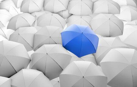 proteccion: paraguas de color azul entre las sombrillas blancas Foto de archivo