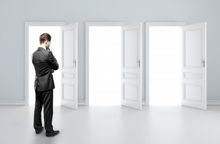 abriendo puerta: hombre que elige de tres puertas abiertas