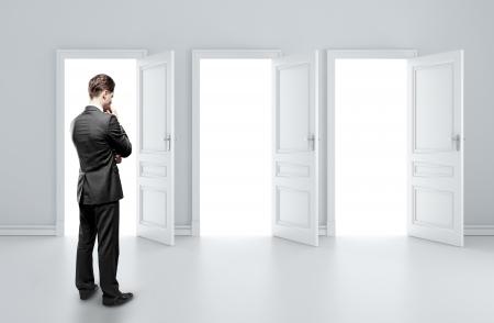 porta aperta: l'uomo la scelta di tre porte aperte