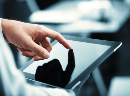 �cran tactile: l'homme tenue tablette num�rique, closeup