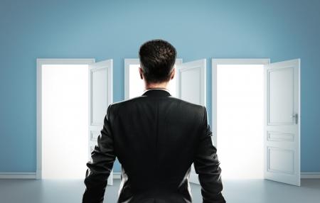 manos abiertas: hombre elecci�n entre tres puertas