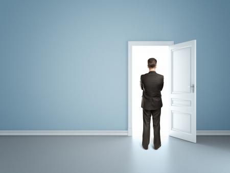 open life: hombre de negocios en la habitaci�n azul con las puertas abiertas