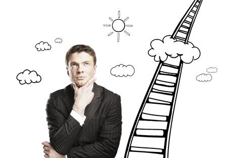 pensamiento creativo: hombre reflexivo y una escalera al cielo Foto de archivo