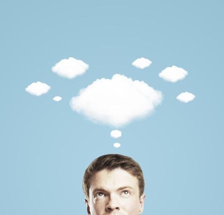 Biznesmen i chmura myśli na niebieskim tle