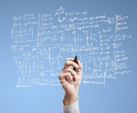 signos matematicos: mano, dibujo, f�rmulas matem�ticas en un tablero
