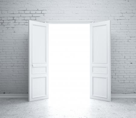 abriendo puerta: puerta abierta en la pared de ladrillo