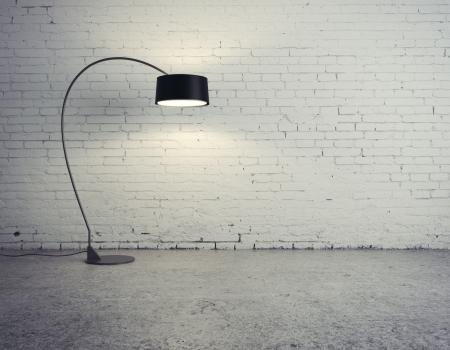 muro: Lampada da terra in camera di mattoni