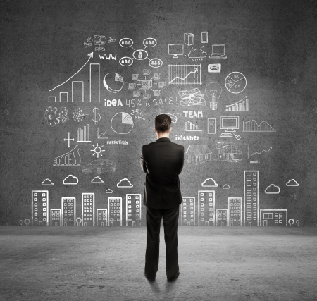 negocios: hombre de negocios con el concepto de planes de negocios en la pared