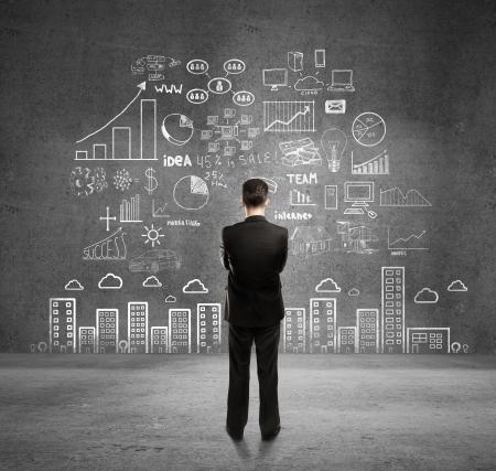plan van aanpak: zakenman met business plan concept op muur