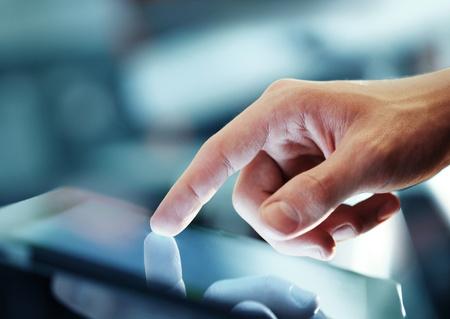 通信: クローズ アップ デジタル タブレットを保持している実業家