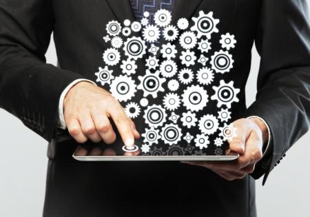 digitale tablet in de hand en versnelling pictogram