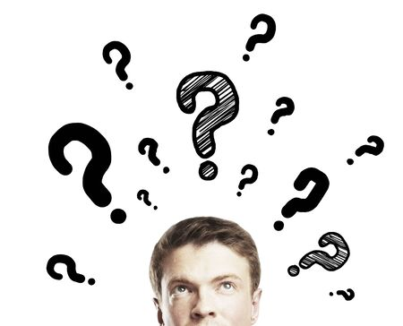 persona pensando: hombre de negocios con signo de interrogación sobre un fondo blanco