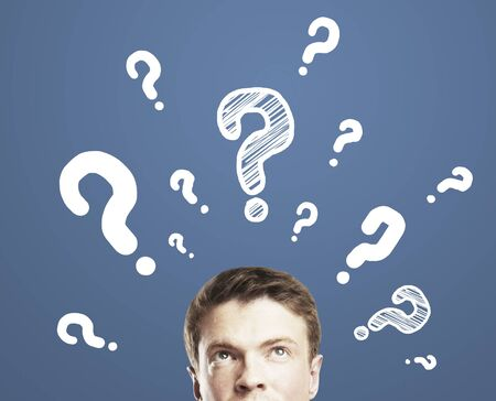 punto di domanda: uomo d'affari con il punto interrogativo su sfondo blu Archivio Fotografico