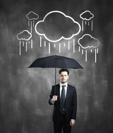 uomo sotto la pioggia: Uomo d'affari con l'ombrello e la nube di disegno Archivio Fotografico