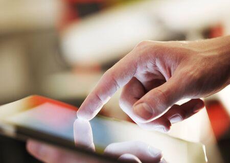počítač: Vysoké rozlišení podnikatel drží digitální tablet Reklamní fotografie