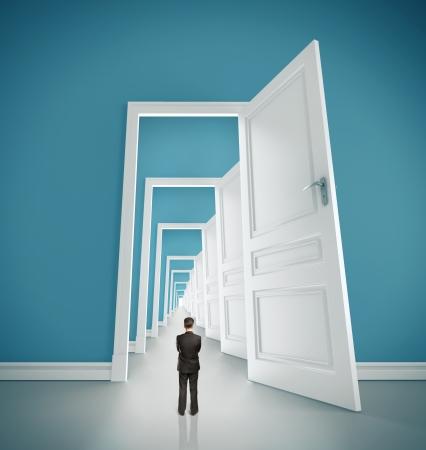 hombre de negocios en la habitación azul con las puertas abiertas Foto de archivo