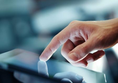 技術: 在屏幕上的數字平板印刷機手 版權商用圖片