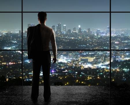 podnikatel: podnikatel se dívá na noční město