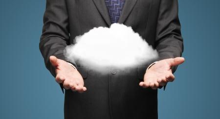bulut: işadamı mavi arka plan üzerinde bulut tutan