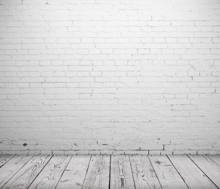 bianco stanza di cemento e pavimento in legno