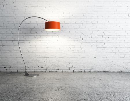Lámpara de pie en la habitación de ladrillo blanco Foto de archivo