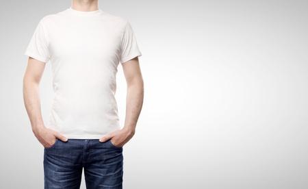 camisa: hombre en camiseta sobre un fondo blanco Foto de archivo