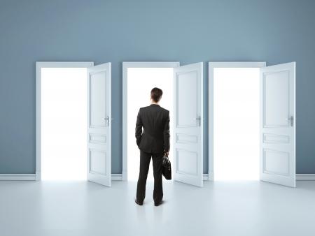 open doors: hombre en la habitación azul con las puertas abiertas Foto de archivo