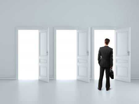 abriendo puerta: hombre en la habitaci�n gris con las puertas abiertas de �rboles