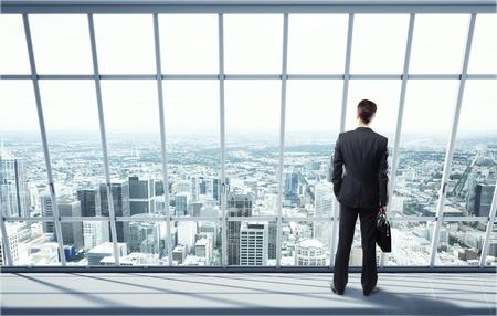 Mann sucht auf Stadt durch das Fenster Standard-Bild