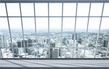 weißen Raum mit großem Fenster im Stadt