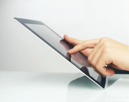 toucher pad en mains sur fond blanc