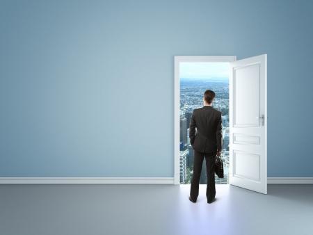 abriendo puerta: hombre en la habitación con la puerta azul en la ciudad