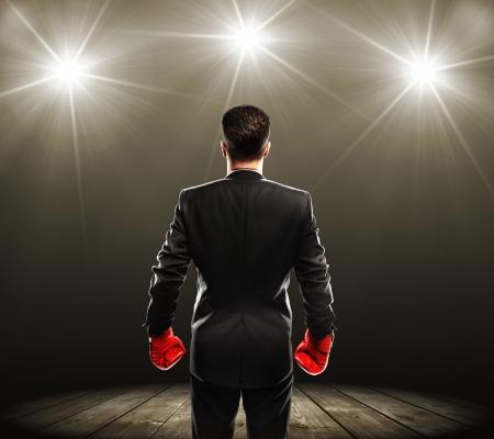 campeão: empresário com luvas de boxe, retrovisor