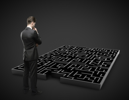 doolhof: man op zoek naar zwart labyrint Stockfoto