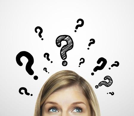mujeres pensando: mujeres pensantes con signo de interrogaci�n sobre fondo blanco