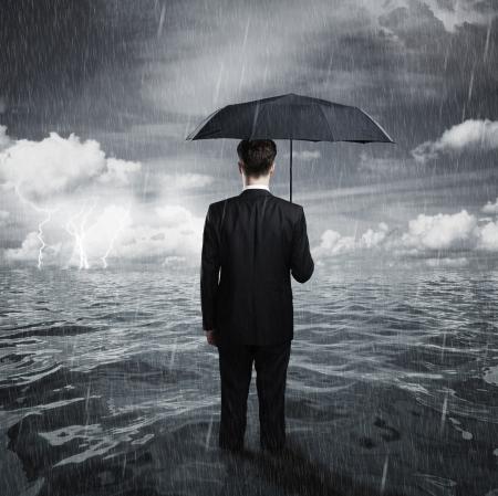 UOMO pioggia: l'uomo con il concetto ombrello affari