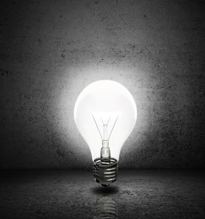 lightbulb: ampoule haute r�solution avec pi�ce sombre Banque d'images