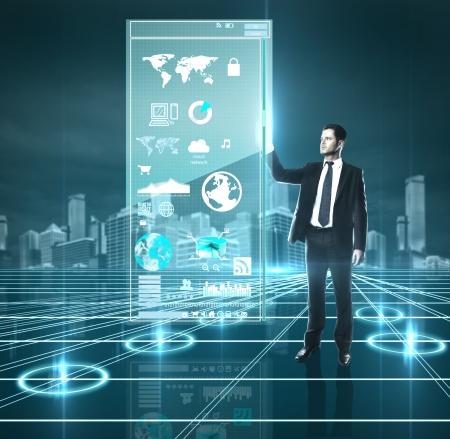 �cran tactile: l'homme appuie sur l'interface, haute r�solution