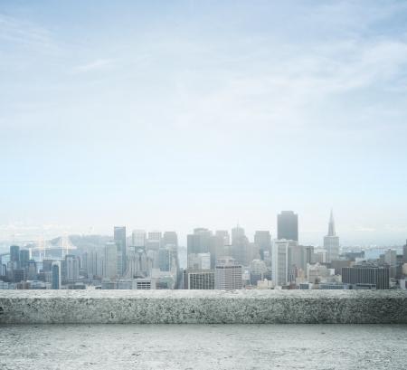 in city: Vista de la ciudad desde el techo de hormigón