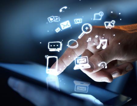 interaccion social: mano tocando la pantalla t�ctil, social concepto de medios Foto de archivo