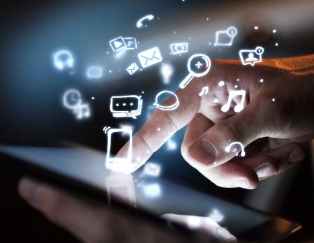 デジタル タブレット、社会的なメディアの概念に触れて手 写真素材