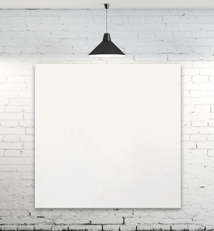 cartel en blanco en la habitación con la lámpara del techo
