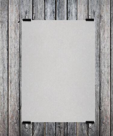 cartel en blanco en una pared de madera Foto de archivo
