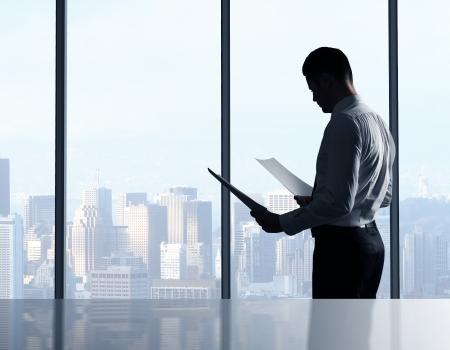 iş adamı: Ofiste kağıt ile işadamı