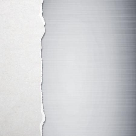 worn paper: Papel rasgado con el fondo de metal