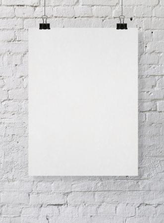hoja en blanco: cartel en blanco en una pared