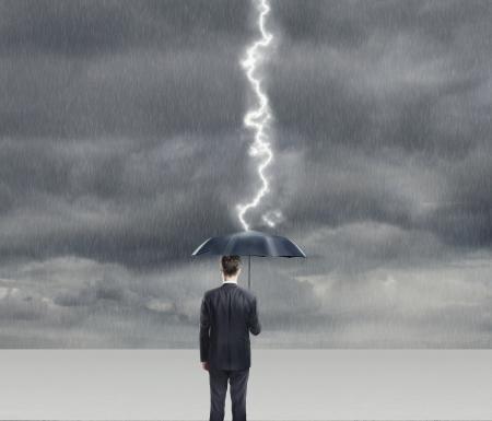 gotas de agua: Hombre de negocios con el paraguas en tormenta