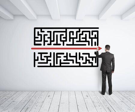 simplicity: empresario laberinto de dibujo en la pared blanca