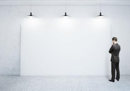 zakenman zoekt op lege poster Stockfoto
